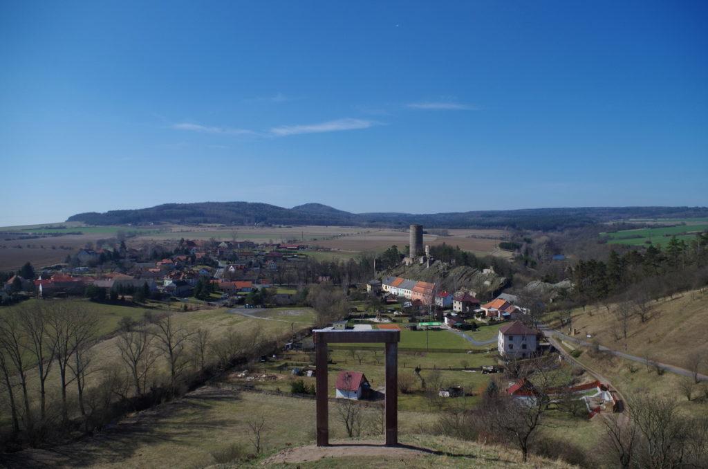 Pohled kališnickým portálem na Žebrák. (Foto: F. Stehlík, 16.3.2017)