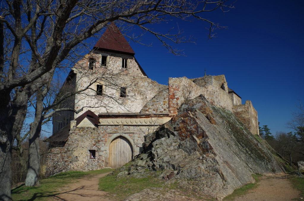 Ta hezčí brána do hradu Točníku. (Foto: F. Stehlík, 16.3.2017)