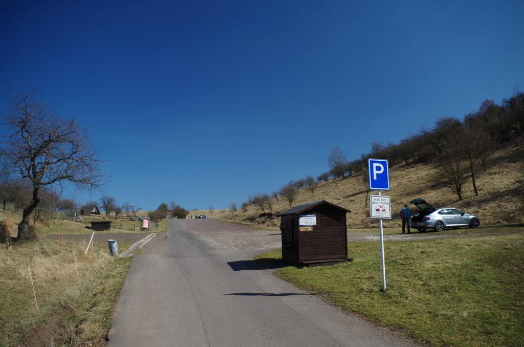 Parkoviště pod Točníkem (zastavení 2). Parkované 50 Kč!